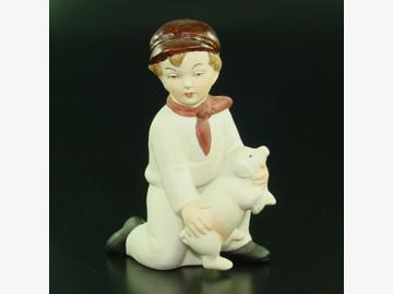 Sitzender Junge mit Schwein Porzellan, 11 cm